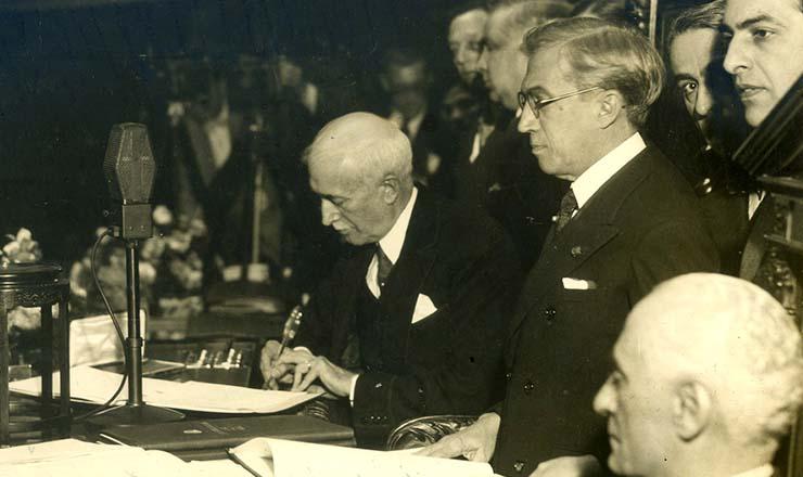 <strong> O mineiro Ant&ocirc;nio Carlos Ribeiro de Andrada, </strong> presidente da Assembleia Constituinte, assina a Carta Magna de 1934