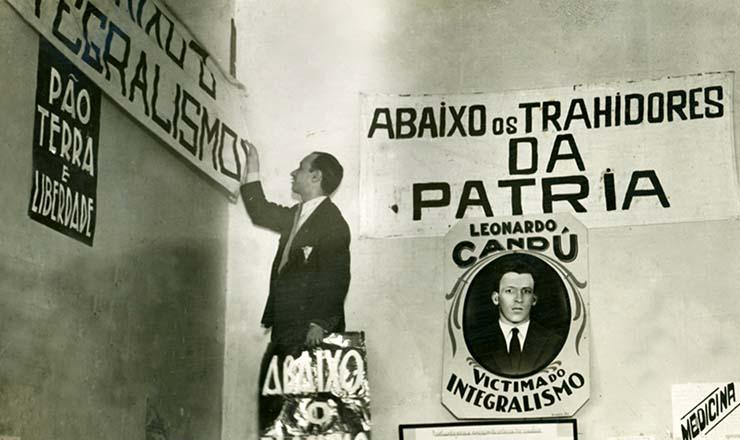 <strong> Agente do governo remove </strong> faixa da Aliança Nacional Libertadora na sede do Rio de Janeiro, interditada pela polícia