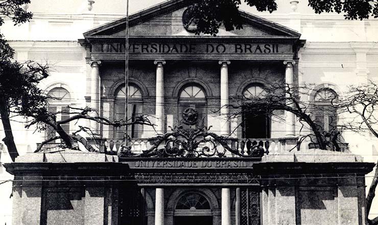 <strong> Entrada</strong> <strong> do Pal&aacute;cio Universit&aacute;rio</strong> da Universidade do Brasil, no pr&eacute;dio que antes abrigava o Hosp&iacute;cio Pedro 2&ordm;