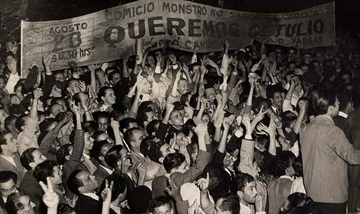 <strong> Populares se aglomeram </strong> num dos v&aacute;rios com&iacute;cios queremistas ocorridos no Rio em 1945