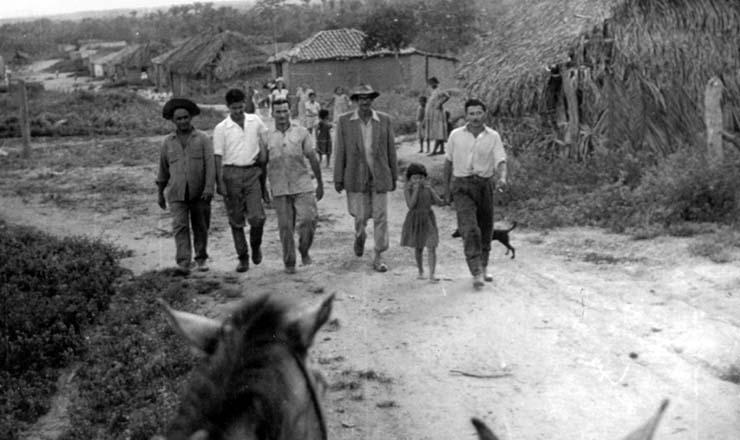 <strong> A partir da esquerda, Bertoldo, deputado Mário Neto, José Porfírio e José Ribeiro</strong> : o movimento de Trombas produziu várias lideranças, e as decisões dos conselhos de córrego eram debatidas e votadas na Associação dos Lavradores do Formoso