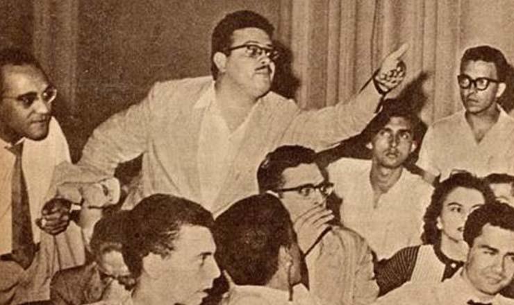<strong> O poeta paulista Haroldo Campos investe contra</strong> os acusadores do concretismo, secundado pelo cr&iacute;tico Oliveira Bastos (palet&oacute; na m&atilde;o), na Noite de Arte Concreta, realizada no sal&atilde;o da UNE em 1957
