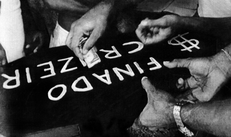 <strong> Enterro simb&oacute;lico do cruzeiro</strong> na Bahia; a velha moeda, identificada com a infla&ccedil;&atilde;o, perde zeros e sai de cena para dar lugar ao cruzado