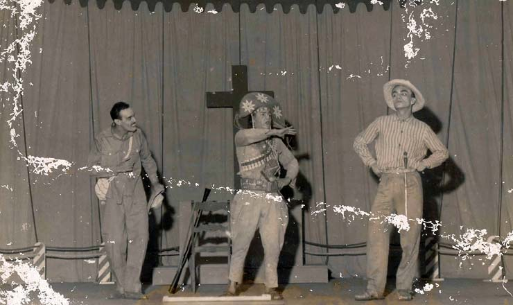 <strong> Os personagens Chic&oacute;, Severiano de Aracaju e Jo&atilde;o Grilo, em cena </strong> da primeira montagem de &quot;O Auto da Compadecida&quot;, em 1956