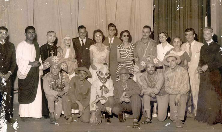 <strong> Ariano Suassuna </strong> (em p&eacute;, ao centro, de terno cinza) e os atores de &ldquo;O Auto da Compadecida&rdquo; no Rio de Janeiro, em 1957