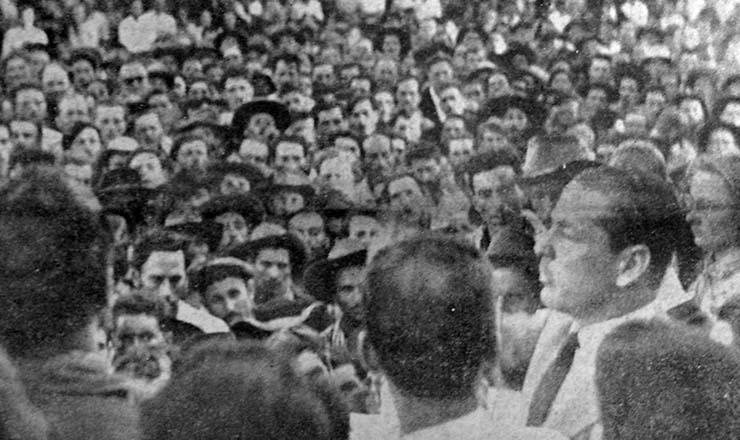 <strong> O governador do RS, Leonel Brizola, entre os trabalhadores </strong> rurais do Master, em 1962