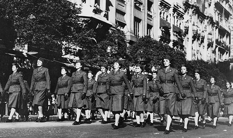 <strong> Enfermeiras da FEB desfilam</strong> na avenida Rio Branco, no Rio de Janeiro, antes de seguir para a It&aacute;lia, em 1944
