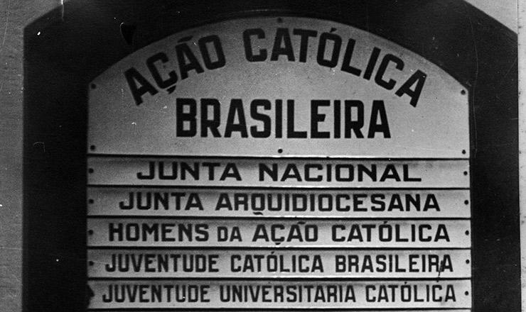 <strong> Quadro afixado na entrada</strong> <strong> da sede</strong> da A&ccedil;&atilde;o Cat&oacute;lica Brasileira, pra&ccedil;a 15 de Junho, Rio de Janeiro
