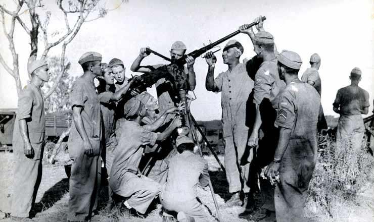 <strong> Soldados da FEB montam </strong> metralhadora pesada durante miss&atilde;o na It&aacute;lia