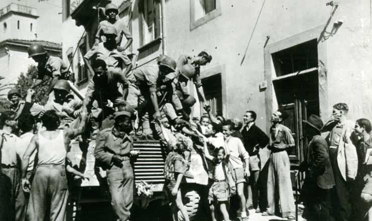 <strong> Moradores de Massarosa, interior da It&aacute;lia, sa&uacute;dam </strong> os pracinhas brasileiros, em 1944