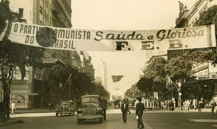 <strong> Faixa do PCB&nbsp;na av. Rio Branco, Rio de Janeiro, sa&uacute;da</strong> &nbsp;os soldados da FEB que voltavam da It&aacute;lia, em julho de 1945