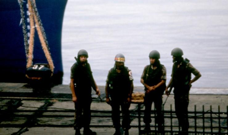 <strong> Fuzileiros navais</strong> ocupam navio atracado no porto do Rio de Janeiro  &nbsp;