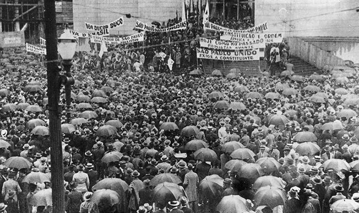 <strong> Sob chuva, multidão se aglomera </strong> em comício pró-Constituinte na praça da Sé (centro de São Paulo), em 25 de janeiro de 1932, aniversário da cidade