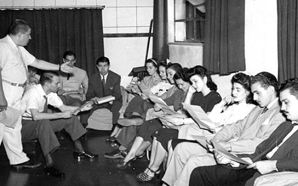 <strong> Ot&aacute;vio Gabus Mendes (em p&eacute;) faz a sele&ccedil;&atilde;o </strong> de radioatores na R&aacute;dio Tupi, em 1944