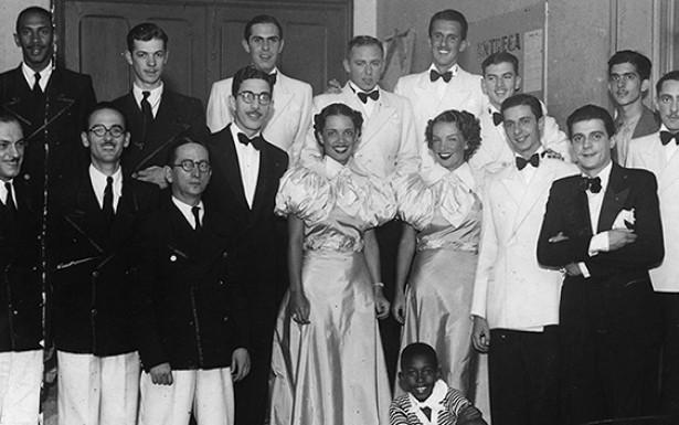 <strong> Aurora e C&aacute;rmen Miranda, </strong> Bando da Lua, Nh&ocirc; Totico (de &oacute;culos, ao lado de Aurora) e Vassourinha (camisa listrada) em S&atilde;o Paulo, fevereiro de 1936