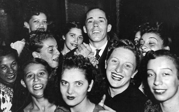<strong> S&iacute;lvio Caldas e suas fãs</strong> , meados dos anos 1940