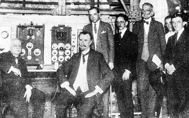 <strong> Henrique Morize </strong> (sentado, ao centro) e a diretoria da R&aacute;dio Sociedade do Rio de Janeiro, 1923