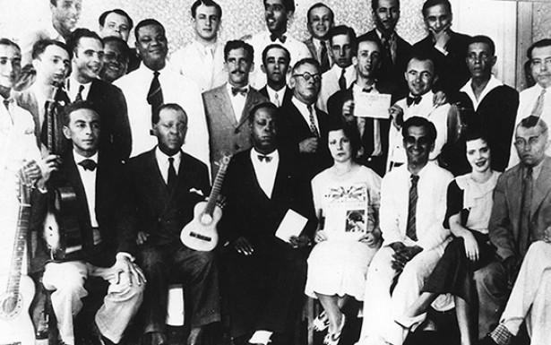 <strong> Ademar Cas&eacute; </strong> (o &uacute;ltimo sentado a partir da esquerda) e m&uacute;sicos que participavam do &ldquo;Programa Casé&rdquo;, em 1932. Entre eles, Noel Rosa (o segundo em p&eacute;) e Pixinguinha (o quarto)