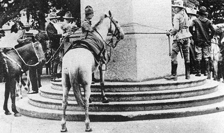 <strong> Soldados gaúchos amarram os cavalos no obelisco</strong> da avenida&nbsp;Rio Branco, Rio de Janeiro (capital federal): vit&oacute;ria