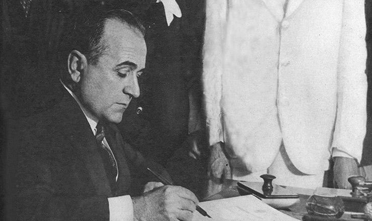 <strong> Empossado, Getúlio Vargas assina </strong> os primeiros decretos de seu governo&nbsp;