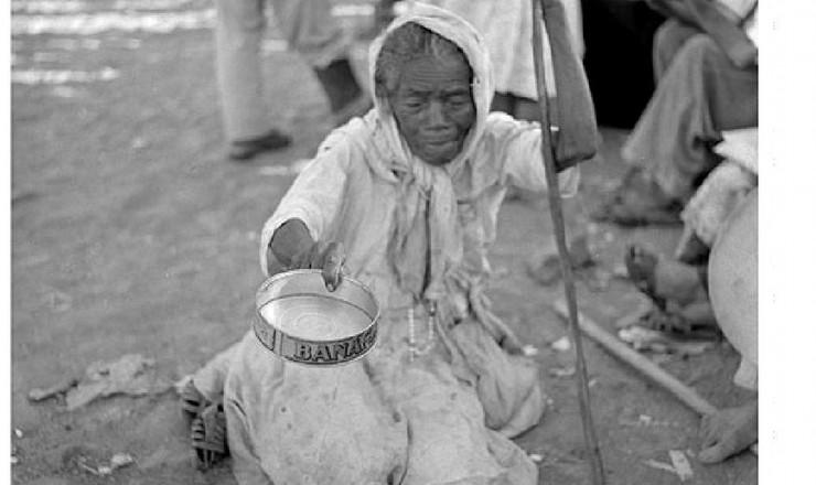 <strong> Moradora de rua pede esmolas </strong> no Nordeste, d&eacute;cada de 1950: para superar esse estado de&nbsp;pobreza, o desenvolvimentismo<strong> </strong> apostava na industrializa&ccedil;&atilde;o
