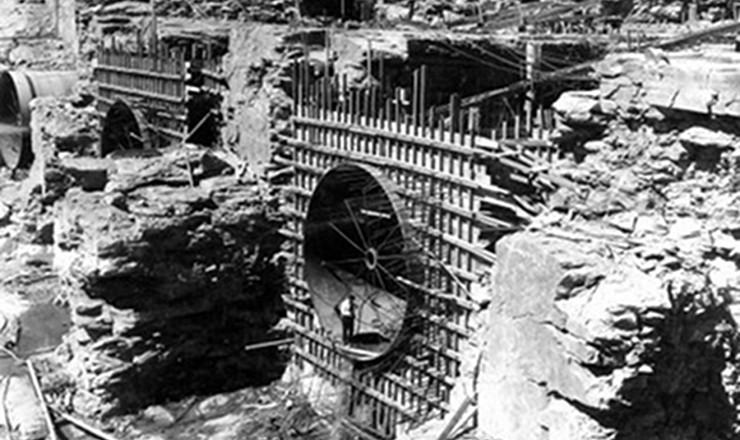 <strong> Constru&ccedil;&atilde;o da Usina Hidrel&eacute;trica </strong> <strong> de Tr&ecirc;s Marias,</strong> iniciada em 1958: a moderniza&ccedil;&atilde;o estava ligada ao aumento da gera&ccedil;&atilde;o de energia el&eacute;trica