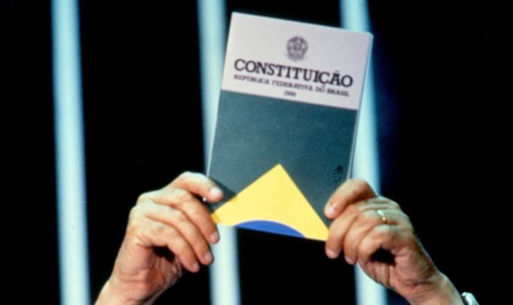 <strong> Ulysses Guimar&atilde;es</strong> exibe aos constituintes a nova Constitui&ccedil;&atilde;o da Rep&uacute;blica na sess&atilde;o de promulga&ccedil;&atilde;o  <br />