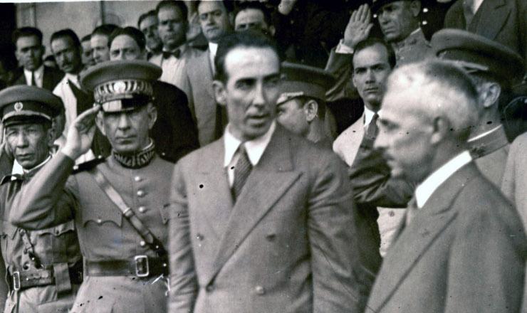 <strong> Jo&atilde;o Alberto Lins de Barros </strong> (ao centro). Atr&aacute;s dele, o general Miguel Costa