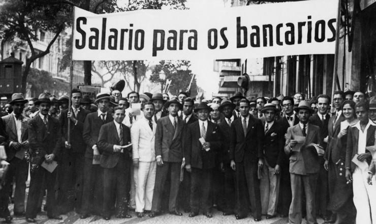 <strong> Banc&aacute;rios em greve exibem </strong> faixa no Rio de Janeiro, em 1935