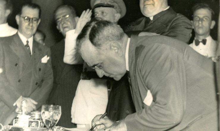 <strong> Get&uacute;lio Vargas</strong> assina o decreto que institui o sal&aacute;rio m&iacute;nimo