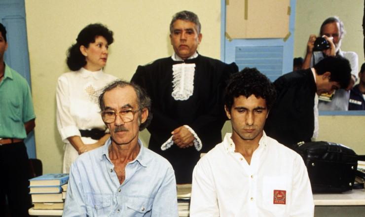 <strong> Darly Alves e seu filho Darcy </strong> em julgamento pelo assassinato de Chico Mendes; condenados a 19 anos de pris&atilde;o em 1990, fugiram da cadeia em 1993 e foram recapturados tr&ecirc;s anos depois  <br />