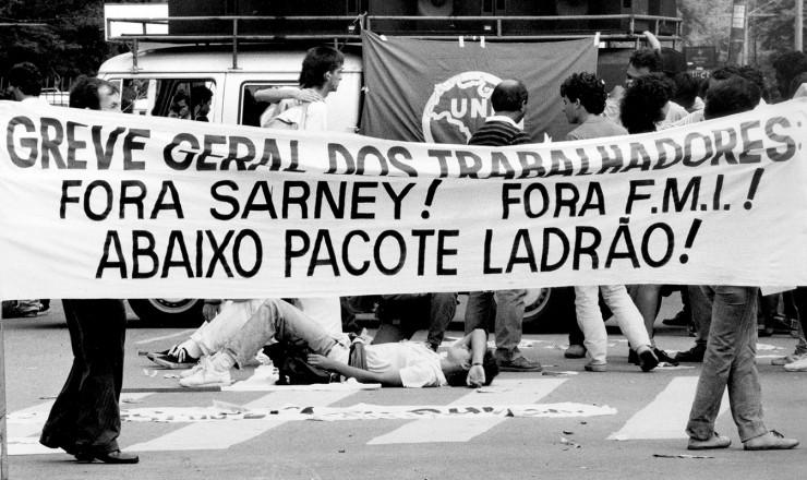 <strong> Protesto da Central Única dos Trabalhadores</strong> (CUT) contra o Plano Verão, que provocaria mais arrocho salarial