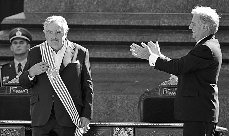 <strong> Tabaré Vázquez</strong> transmite a faixa presidencial ao correligionário e ex-guerrilheiro tupamaroJosé Mujica