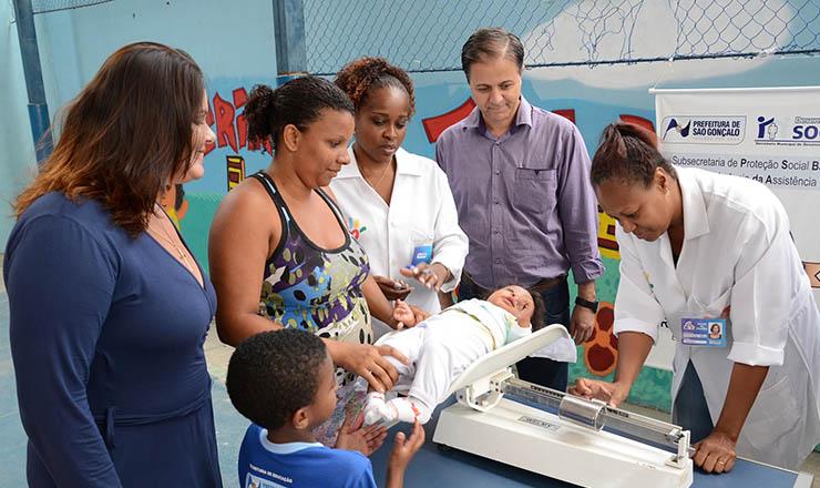 <strong> Pesagem de criança em São Gonçalo (RJ): </strong> maioracesso à saúde contribuipara reduzir a mortalidade infantil