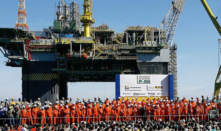 <strong> Batismo da plataforma P-52 da Petrobras, na bacia de Campos:</strong> &nbsp;em 2010, 80 mil funcionários e reservas provadas de 15,99 bilhões de barris de petróleo e gás natural