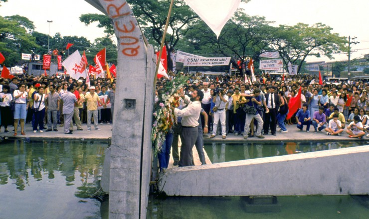 <strong> Luiz In&aacute;cio Lula da Silva </strong> deposita flores no monumento aos mortos na invas&atilde;o da CSN