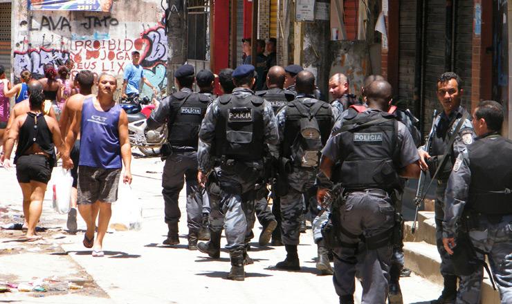 <strong> Policiais fazem patrulhamento</strong> na Vila do Cruzeiro após operação no Complexo do Alemão