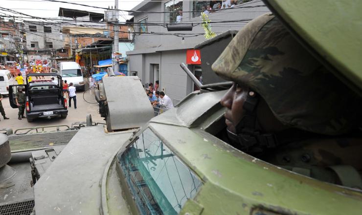 <strong> Soldados do Exército</strong> dão suporte àbusca por traficantes no Complexo do Alemão