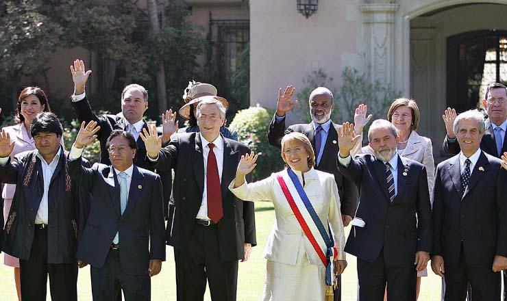 <strong> Bachelet toma posse: </strong> entre Nestor Kirchner (Argentina) e Lula (Brasil), em mar&ccedil;o
