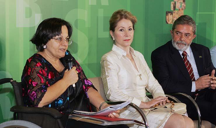 <strong> Maria da Penha Fernandes discursa </strong> ao lado da presidenta do STF, Ellen Gracie, e do presidente Lula
