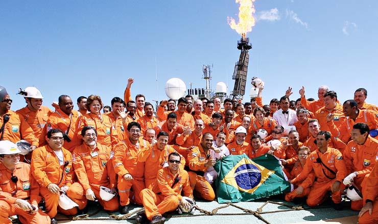 <strong> Funcionários da Petrobras</strong> comemoram primeira extração de óleo do pré-sal no campo de Jubarte, em 2008