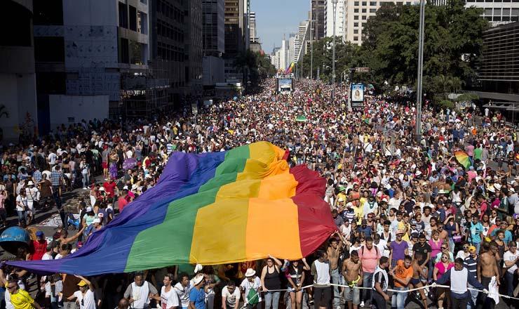 <strong> Parada LGBT</strong> mobiliza centenas de milhares de pessoas que tomam a Avenida Paulista no centro financeiro e empresarial de S&atilde;o Paulo