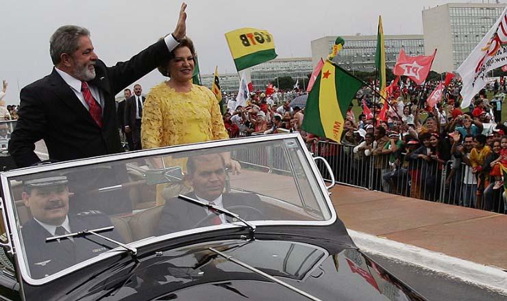 <strong> Lula desfila pelas ruas de Bras&iacute;lia, </strong> no dia da posse do novo mandato, em janeiro de 2007