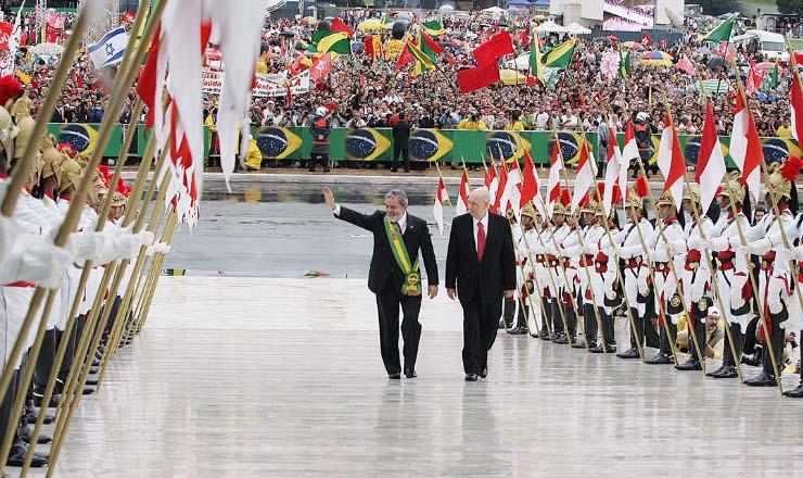 <strong> O presidente Lula e o vice-presidente Jos&eacute; Alencar </strong> sobem mais uma vez a rampa do pal&aacute;cio do Planalto, em janeiro de 2007