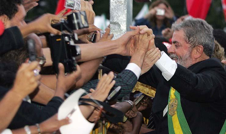 <strong> Lula cumprimenta </strong> o p&uacute;blico que vem&nbsp;prestigiar sua posse em Bras&iacute;lia