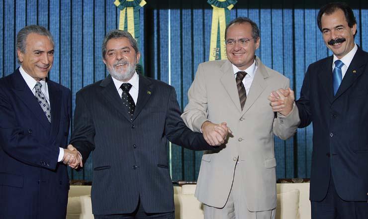 <strong> Temer, presidente do PMDB,&nbsp;cumprimenta Lula, que cumprimenta o peemedebista Renan, presidente do Senado, que cumprimenta o petista Mercadante, senador: </strong> alian&ccedil;a&nbsp;