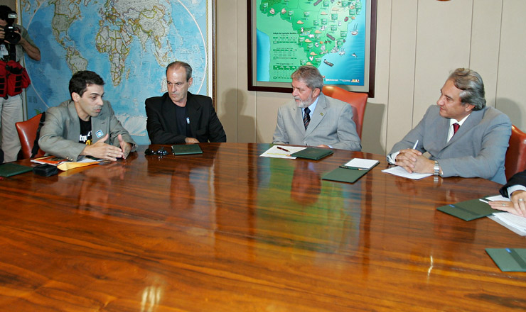 <strong> Membros do Morhan discutem</strong> proposta de lei reparatória com o presidente Lula e com o cantor Ney Matogrosso, colaborador voluntário do movimento