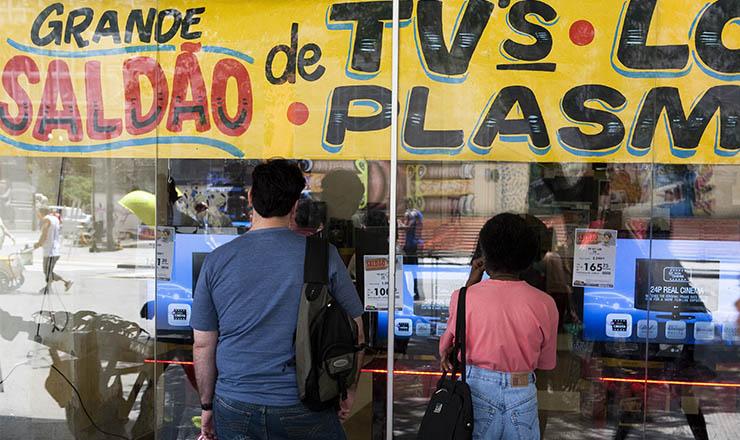 <strong> Consumidores contemplam vitrines: </strong> boom no consumo de eletrodom&eacute;sicos gerado&nbsp;pelo&nbsp;aumento&nbsp;da renda e da oferta de emprego&nbsp;