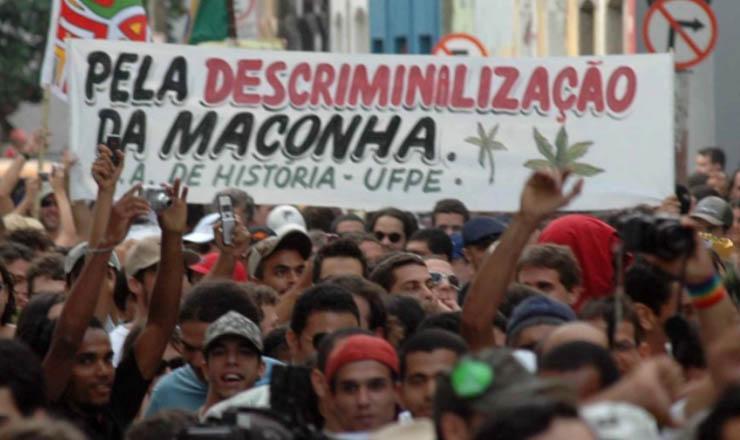 <strong> Cerca de mil pessoas participam, </strong> em 2008,&nbsp;da Marcha da Maconha no Recife, &uacute;nica cidade em que a manifesta&ccedil;&atilde;o n&atilde;o foi proibida