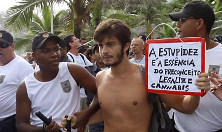 <strong> Policiais prendem</strong> manifestante em ato pela legalização da maconha, no Rio de Janeiro
